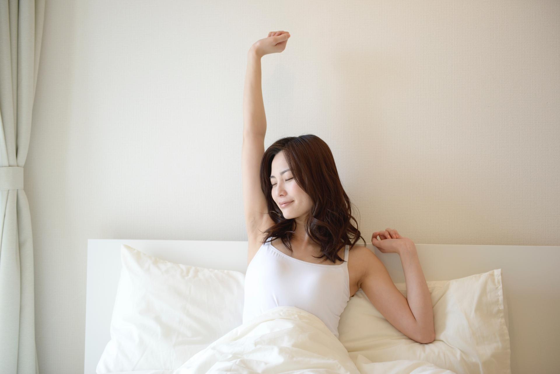 朝目覚める女性