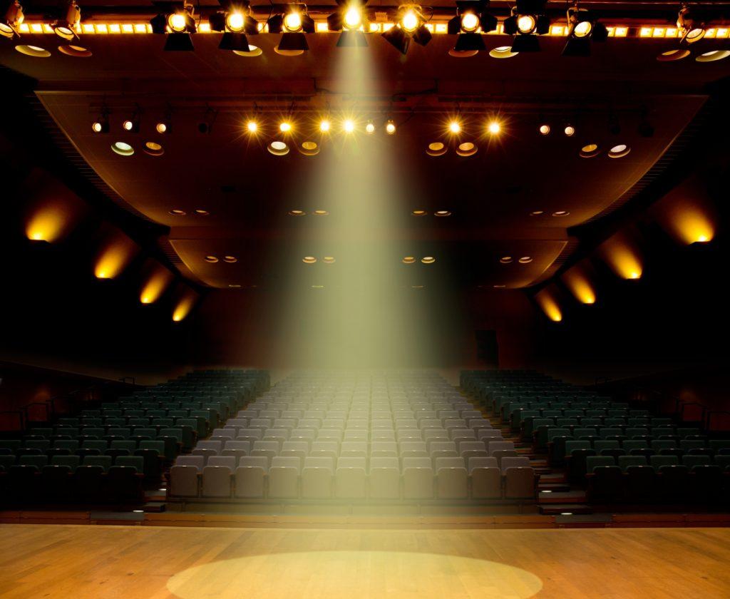 劇場でスポットライトを浴びる様子