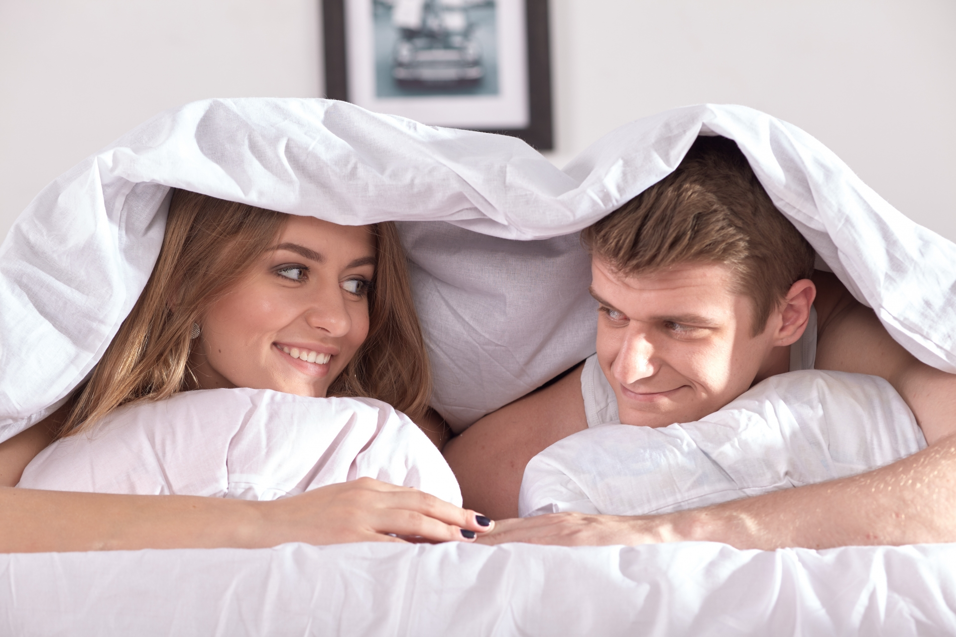 ベッドにもぐるカップル