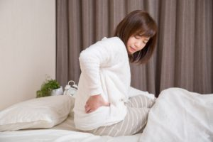 寝起きに腰痛がする女性