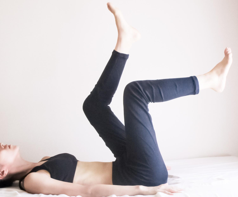 足の運動をする女性