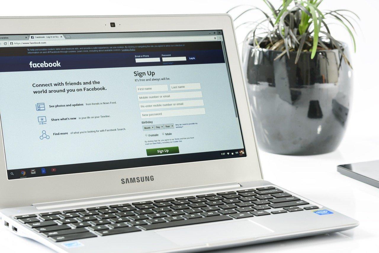 facebookにログインする様子