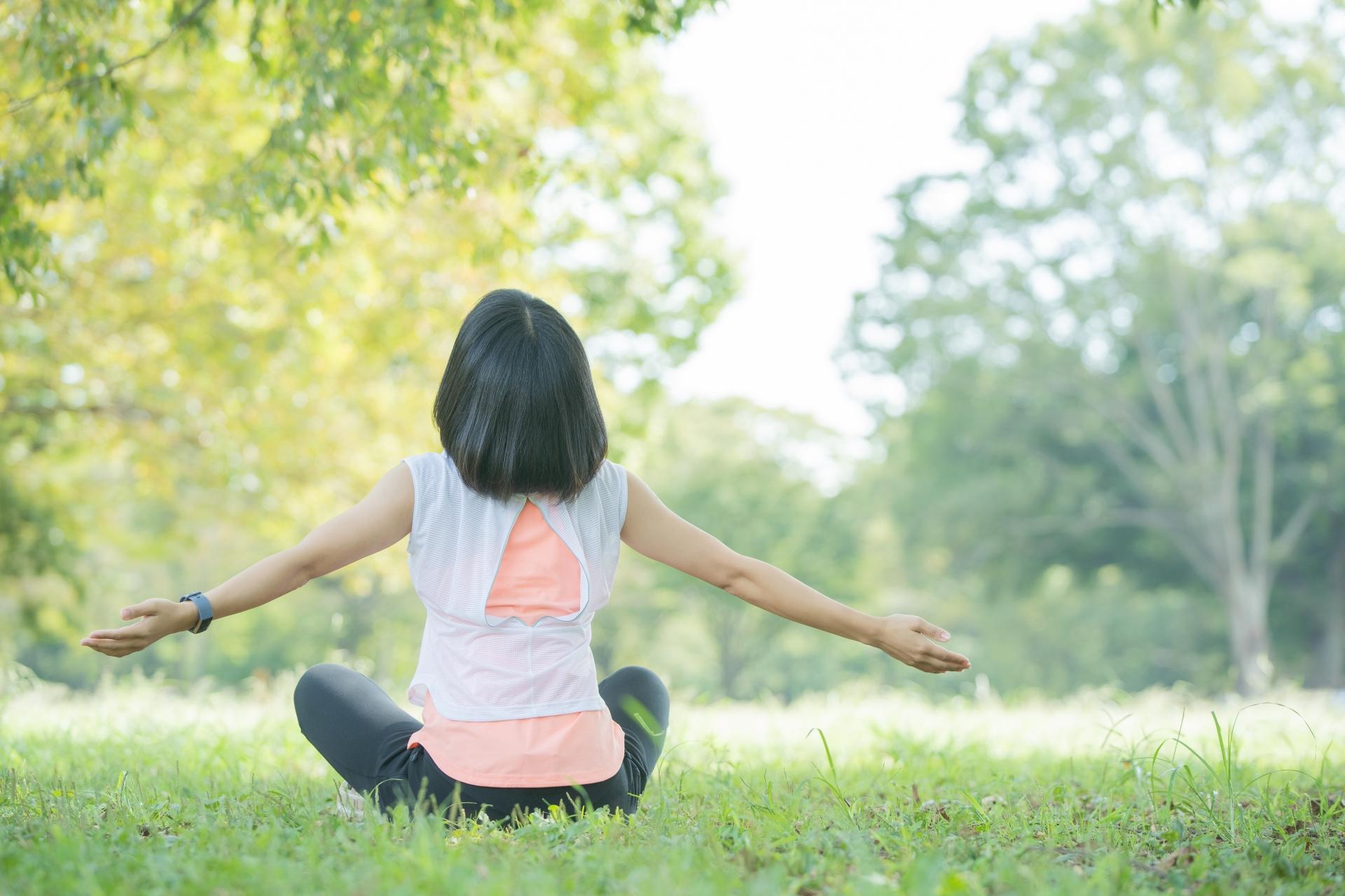 公園でリラックスする女性