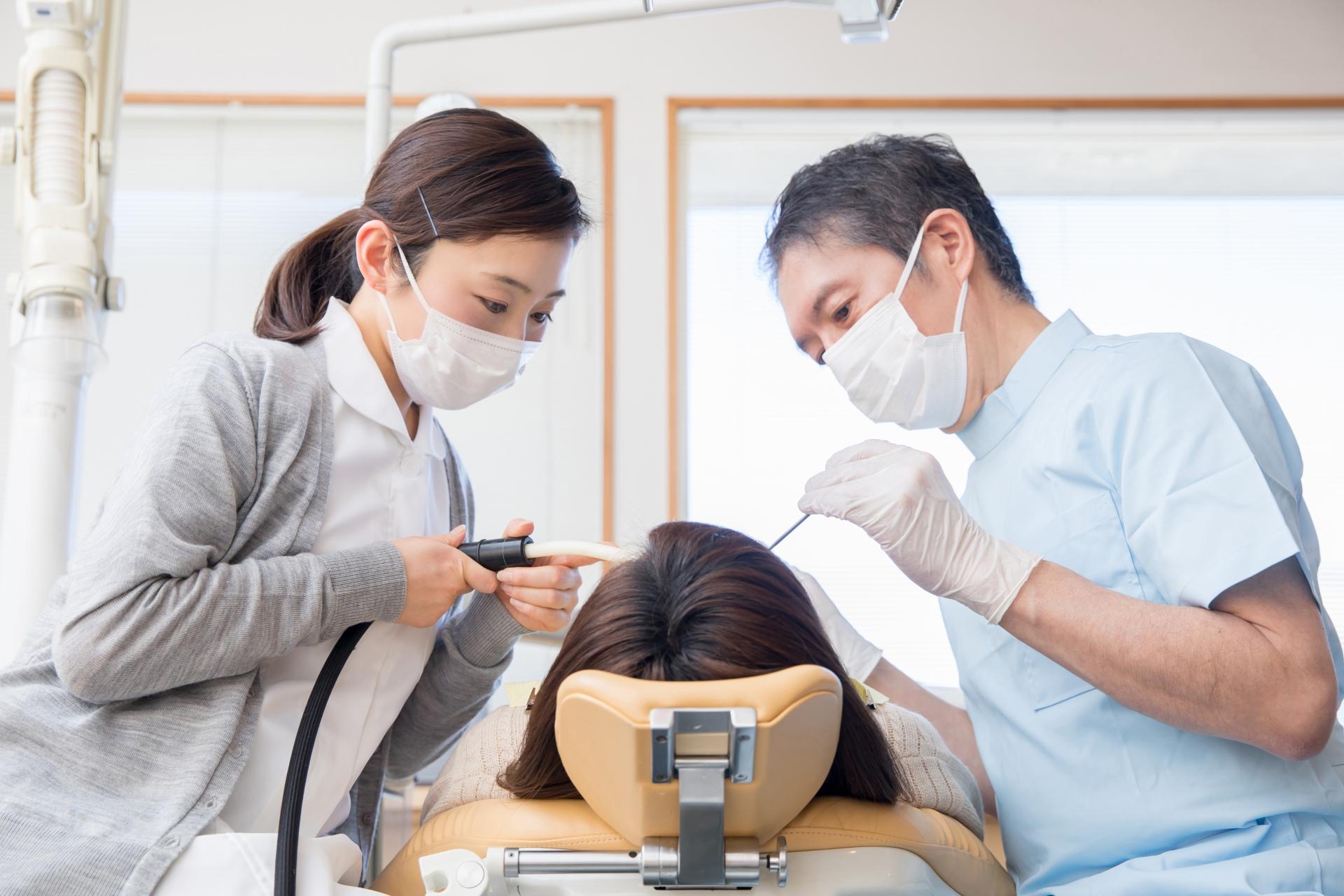 歯医者に通う女性