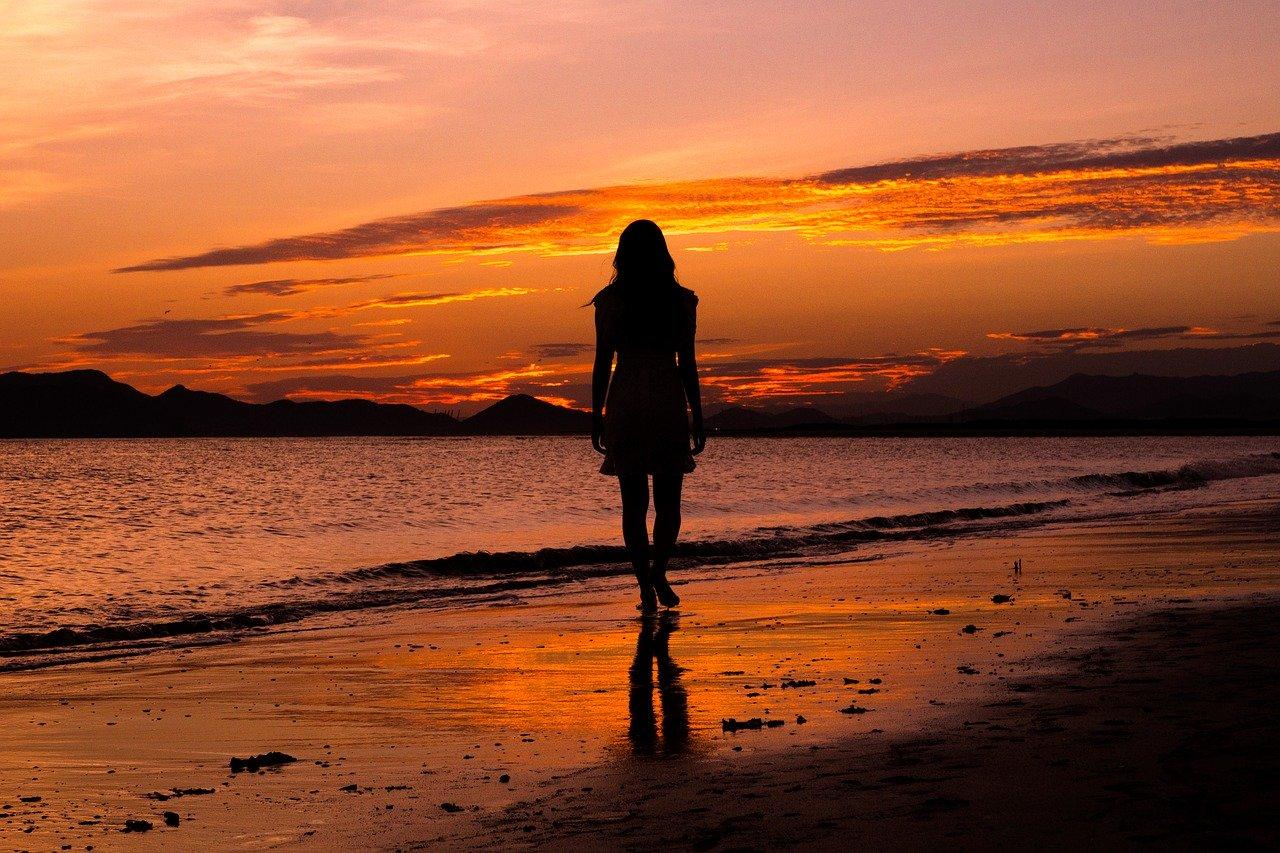 夕日を眺める女性