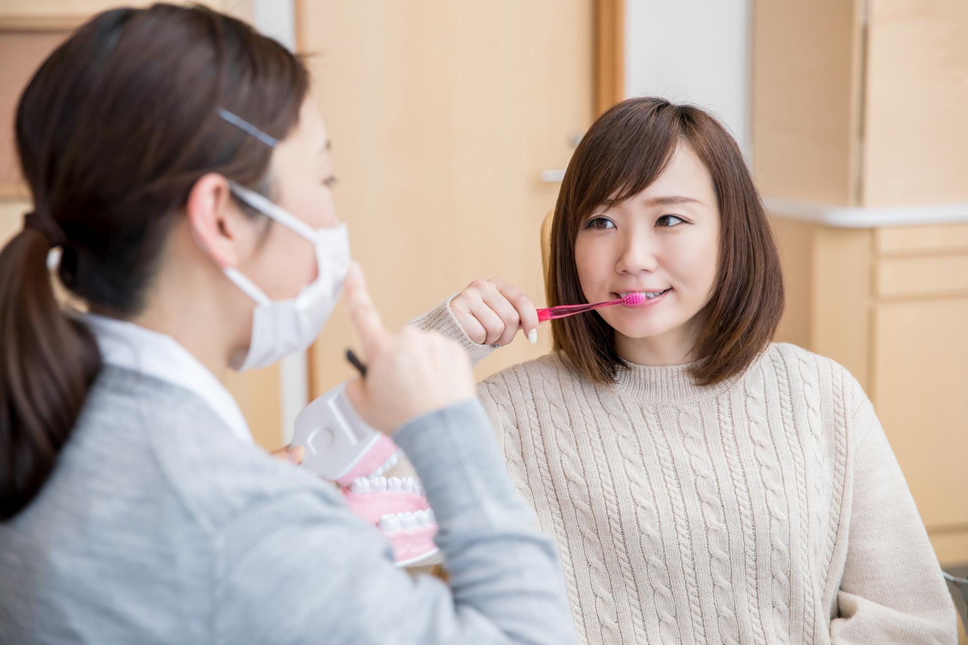 歯磨きの指導を受ける女性