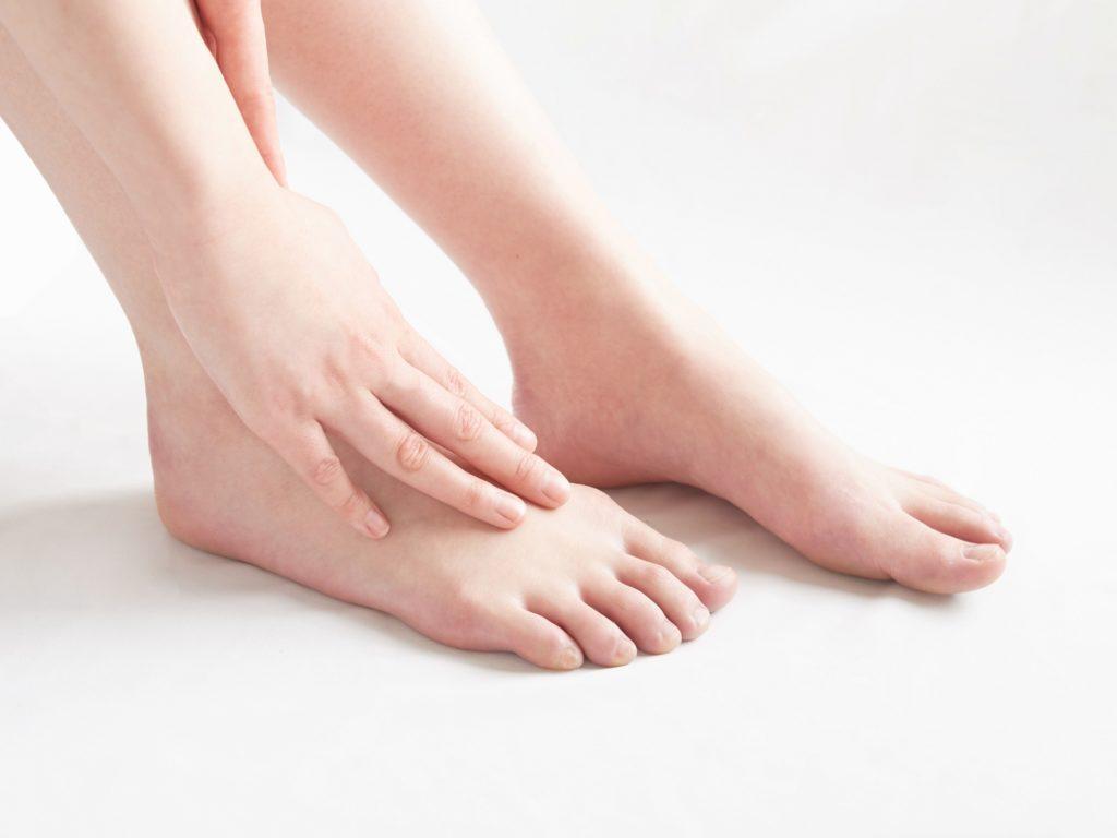 足の痛みに悩む女性