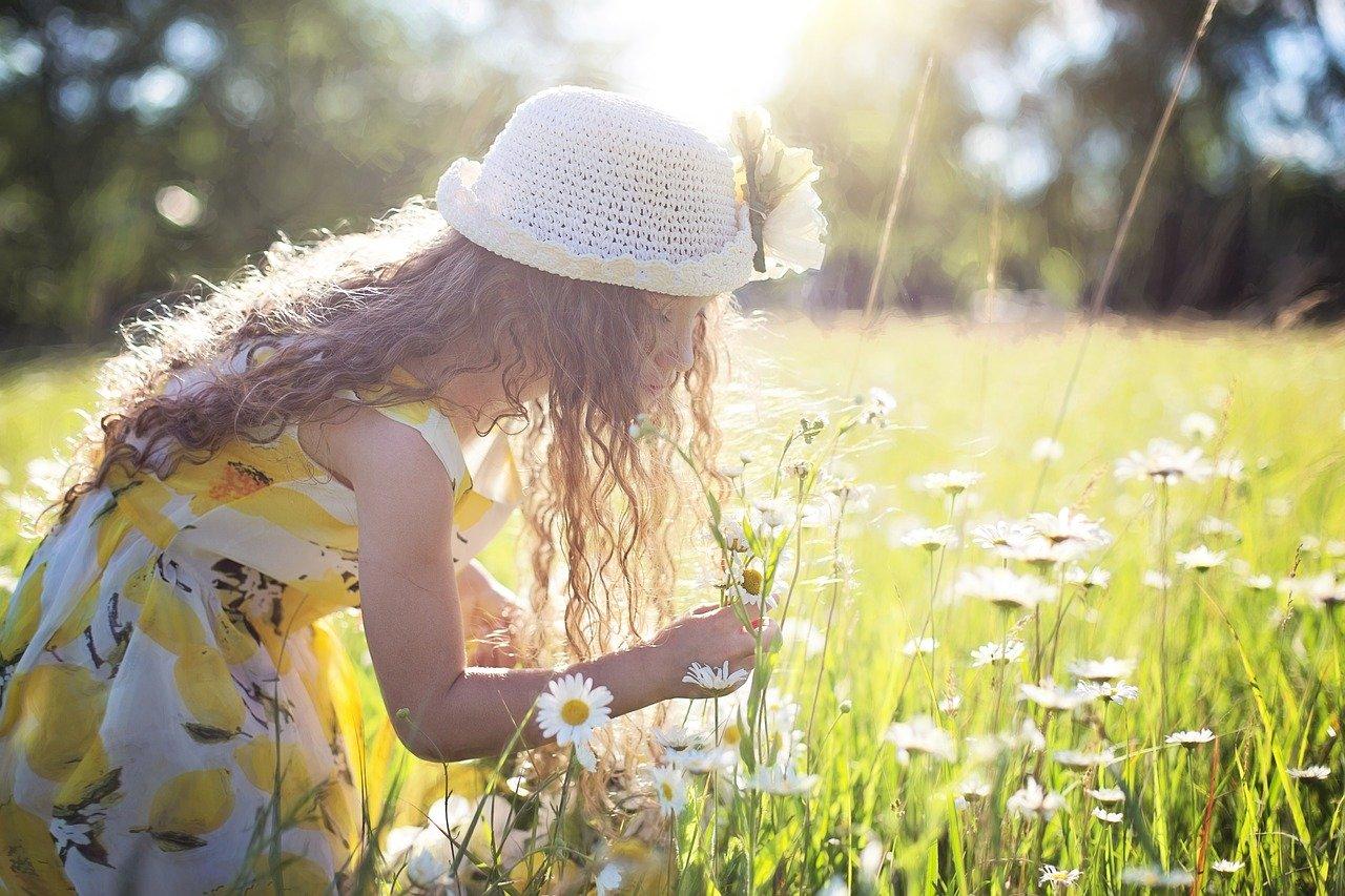 花摘みをする女の子
