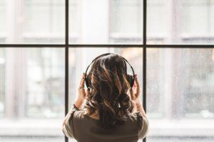 音楽鑑賞をする女性