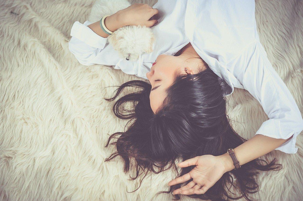 リラックスして眠る女性