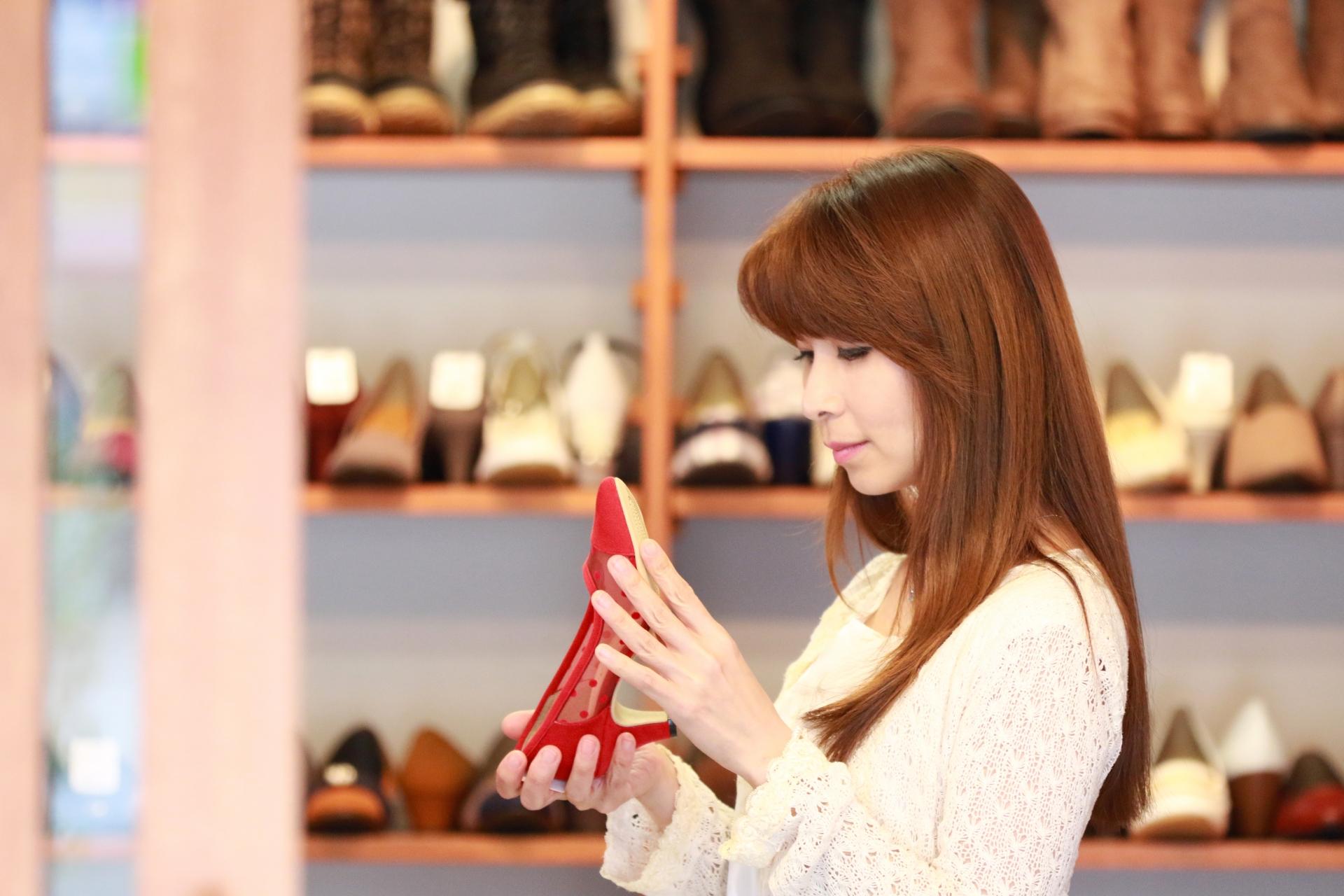 靴を選んでいる女性
