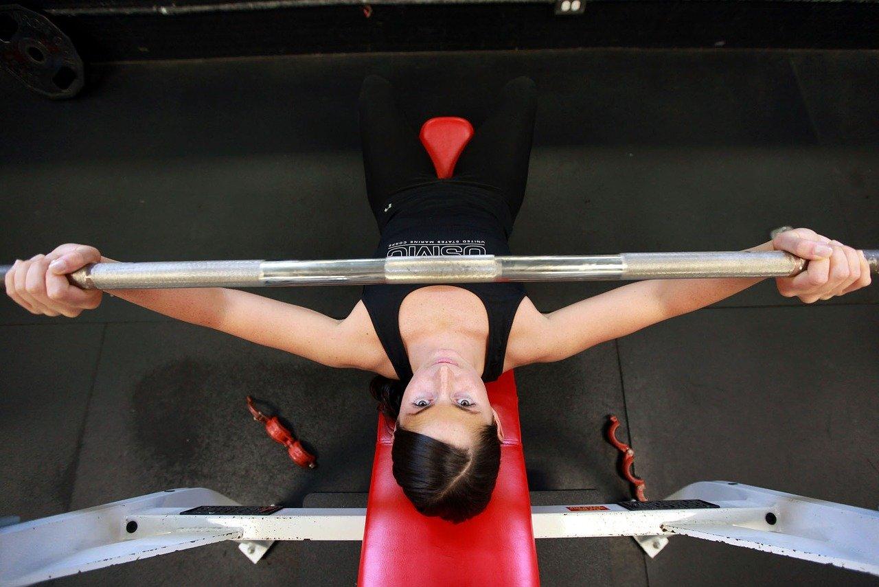 トレーニングに励む女性