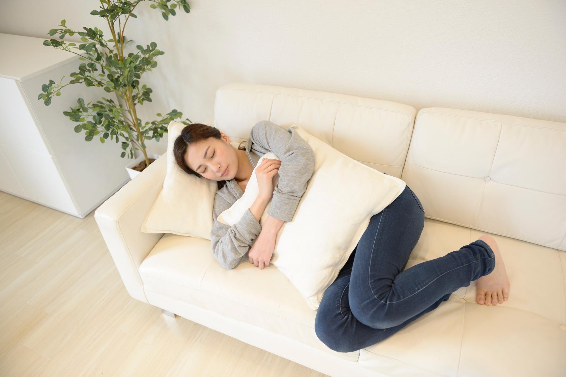 居眠りをする女性