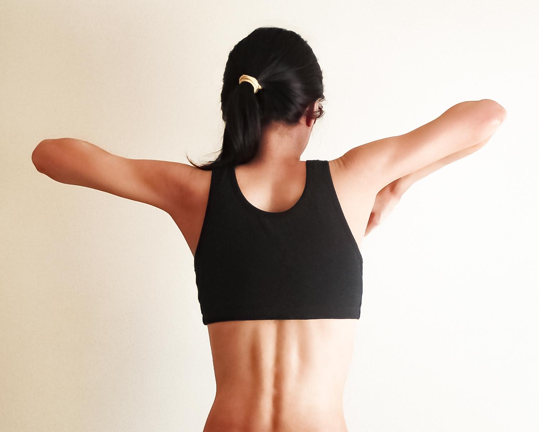 肩甲骨を回す女性