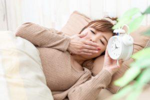 眠気に悩まされる女性