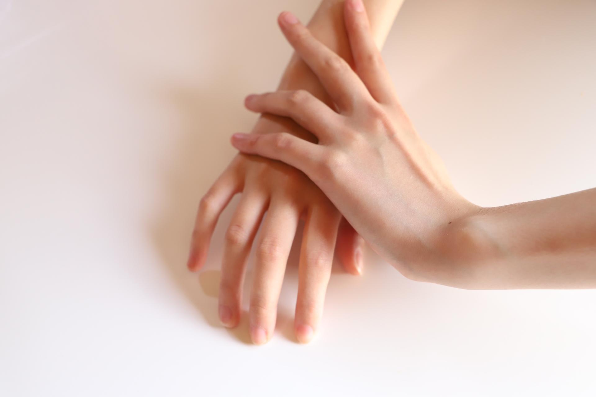 手を重ねる