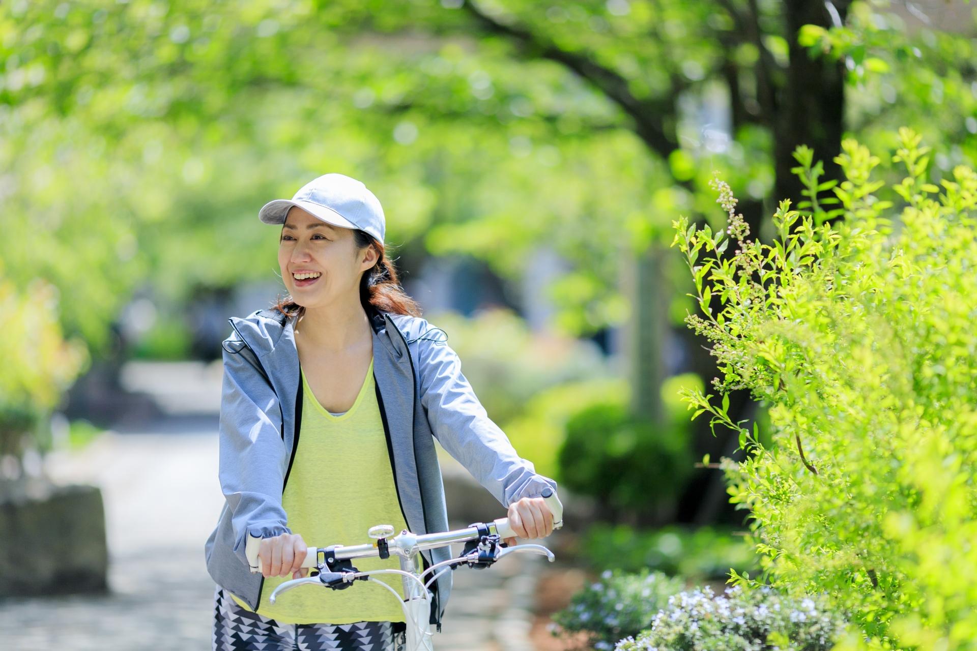 サイクリングを楽しむ笑顔の女性