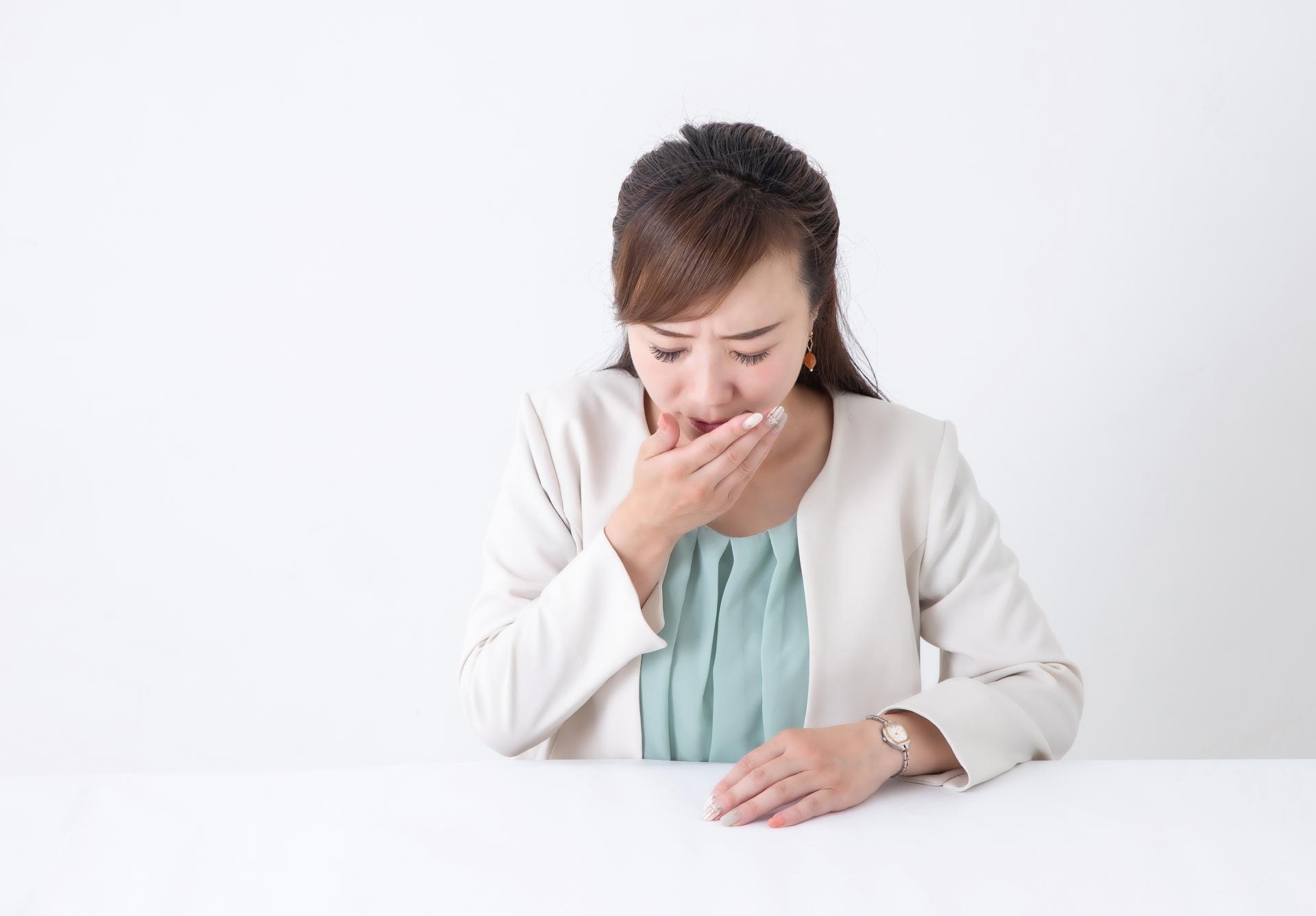 食道炎を疑う女性