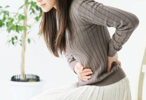 食べ過ぎで胃が痛い女性