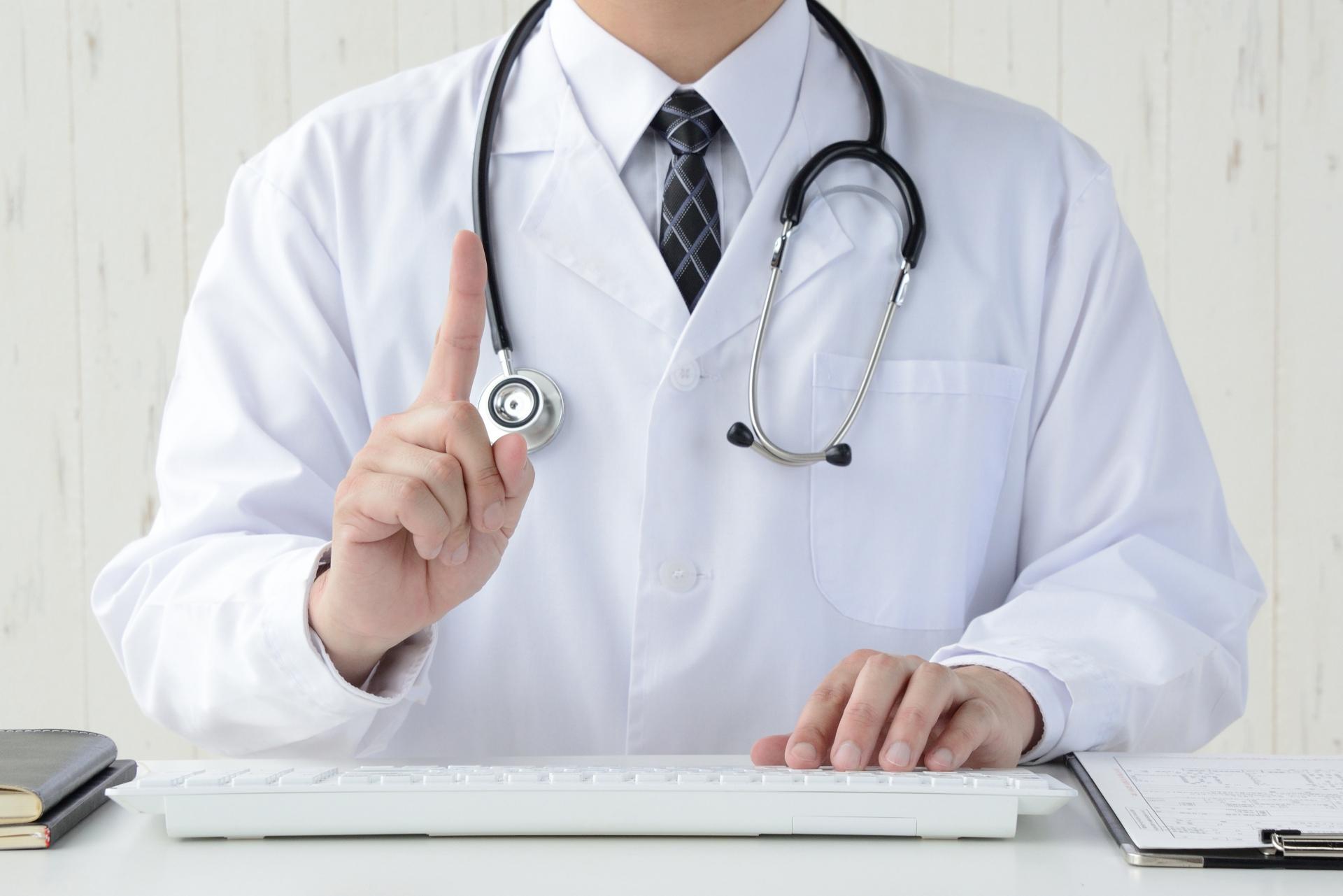 忠告する医者