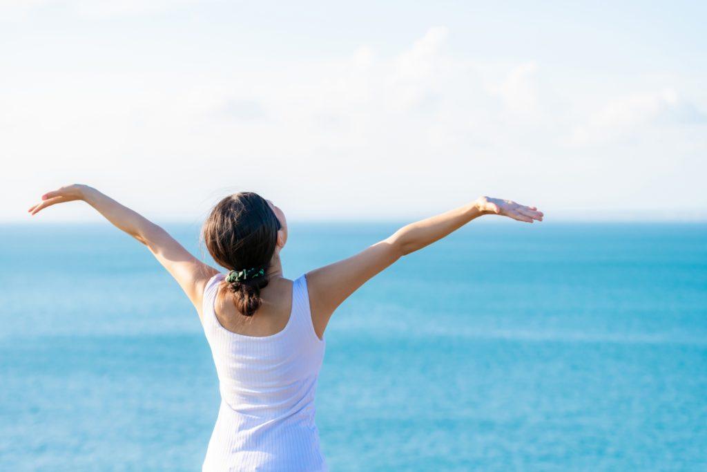 手を広げ脱ステレオタイプを実践する女性
