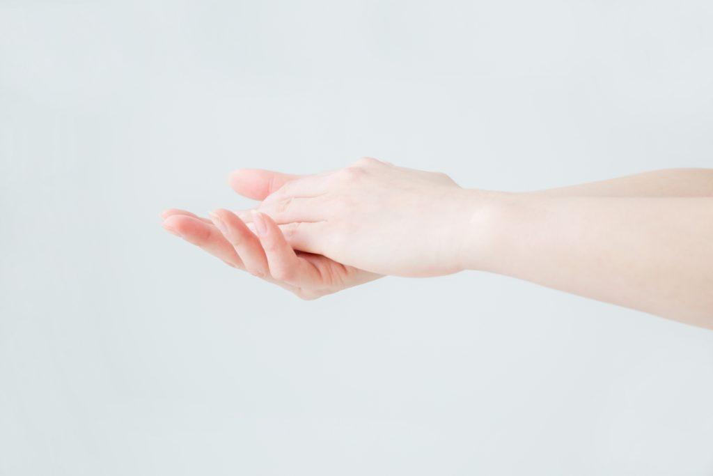 手荒れを気にする女性の手