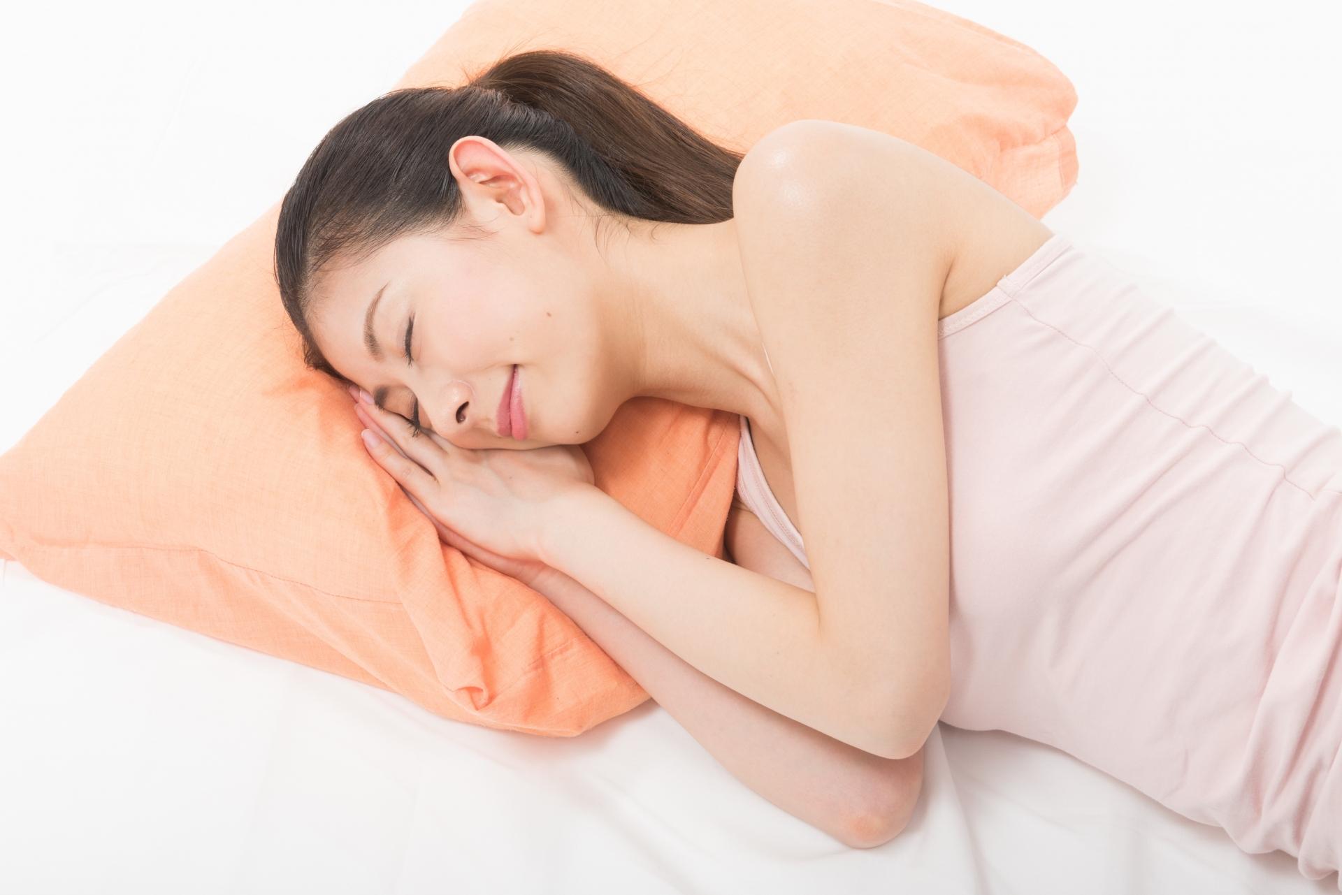 いびき改善のため横向きに寝る女性