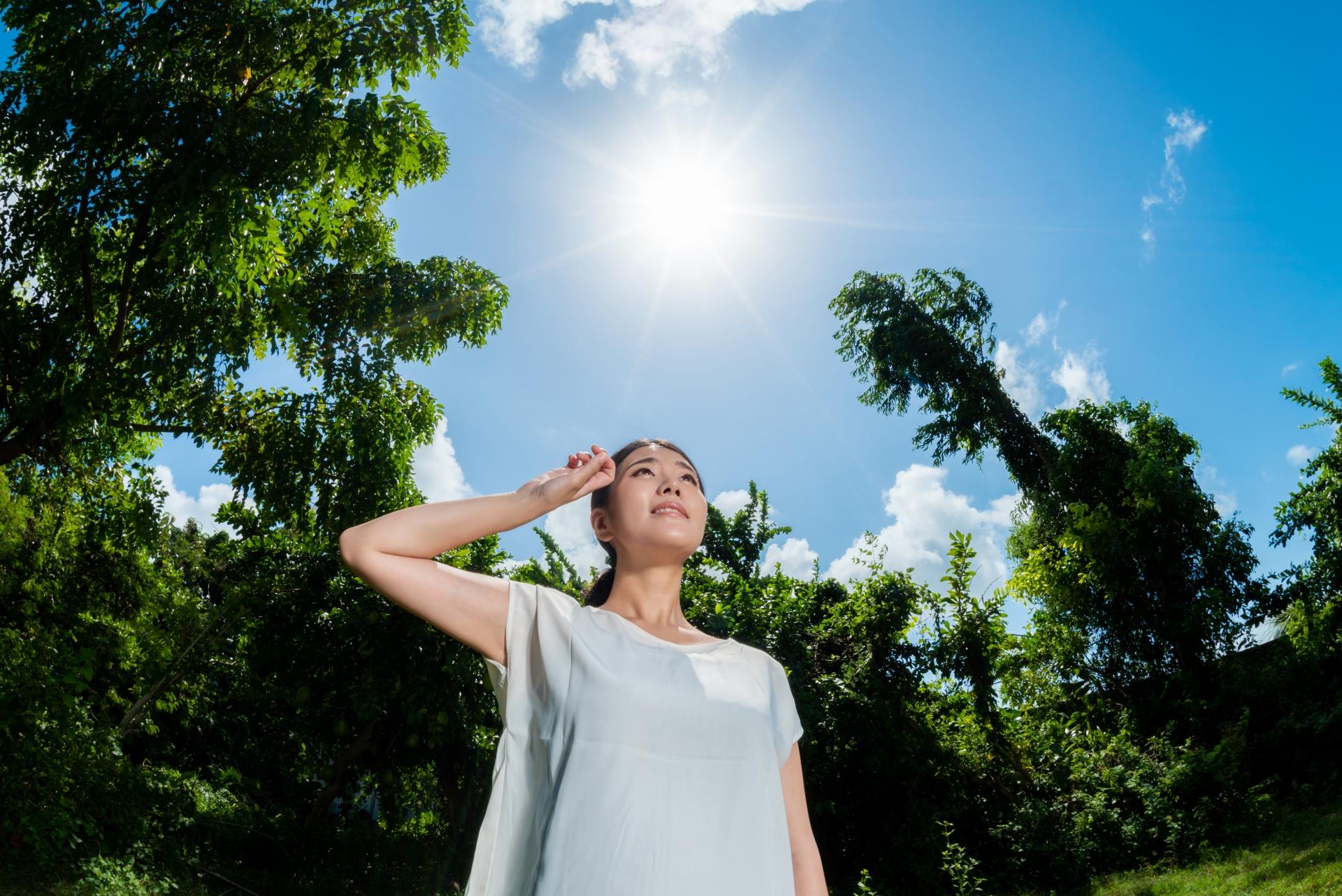 紫外線を浴びる女性