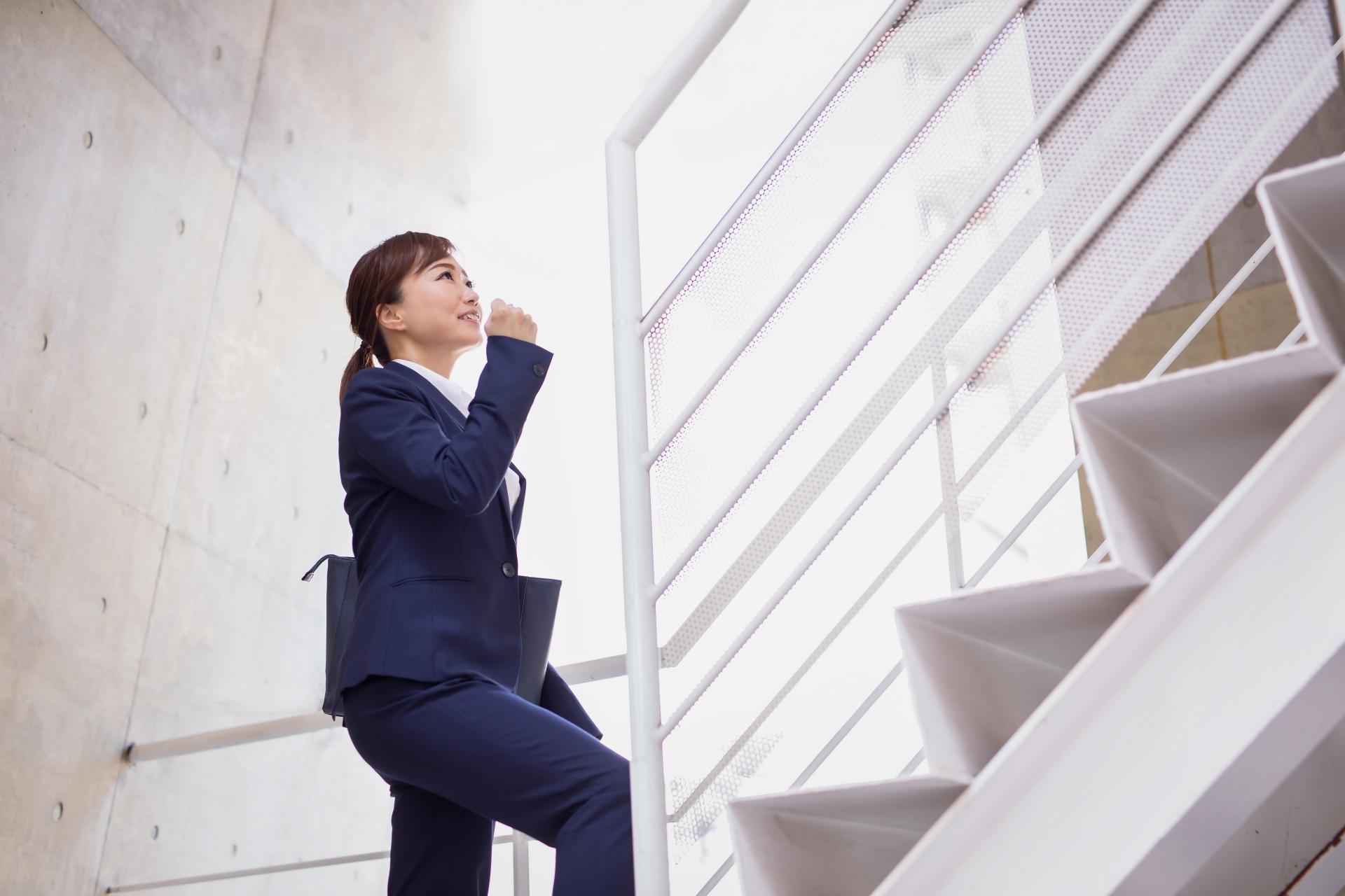 食後に階段を登る女性