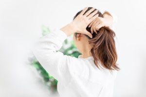 髪を束ねる女性