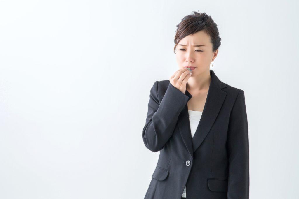 舌痛症に悩む女性