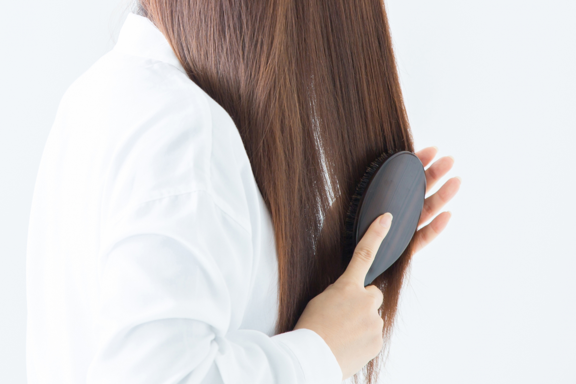 髪をとかす女性