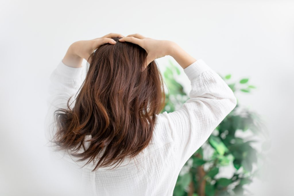 頭皮の乾燥を気にする女性
