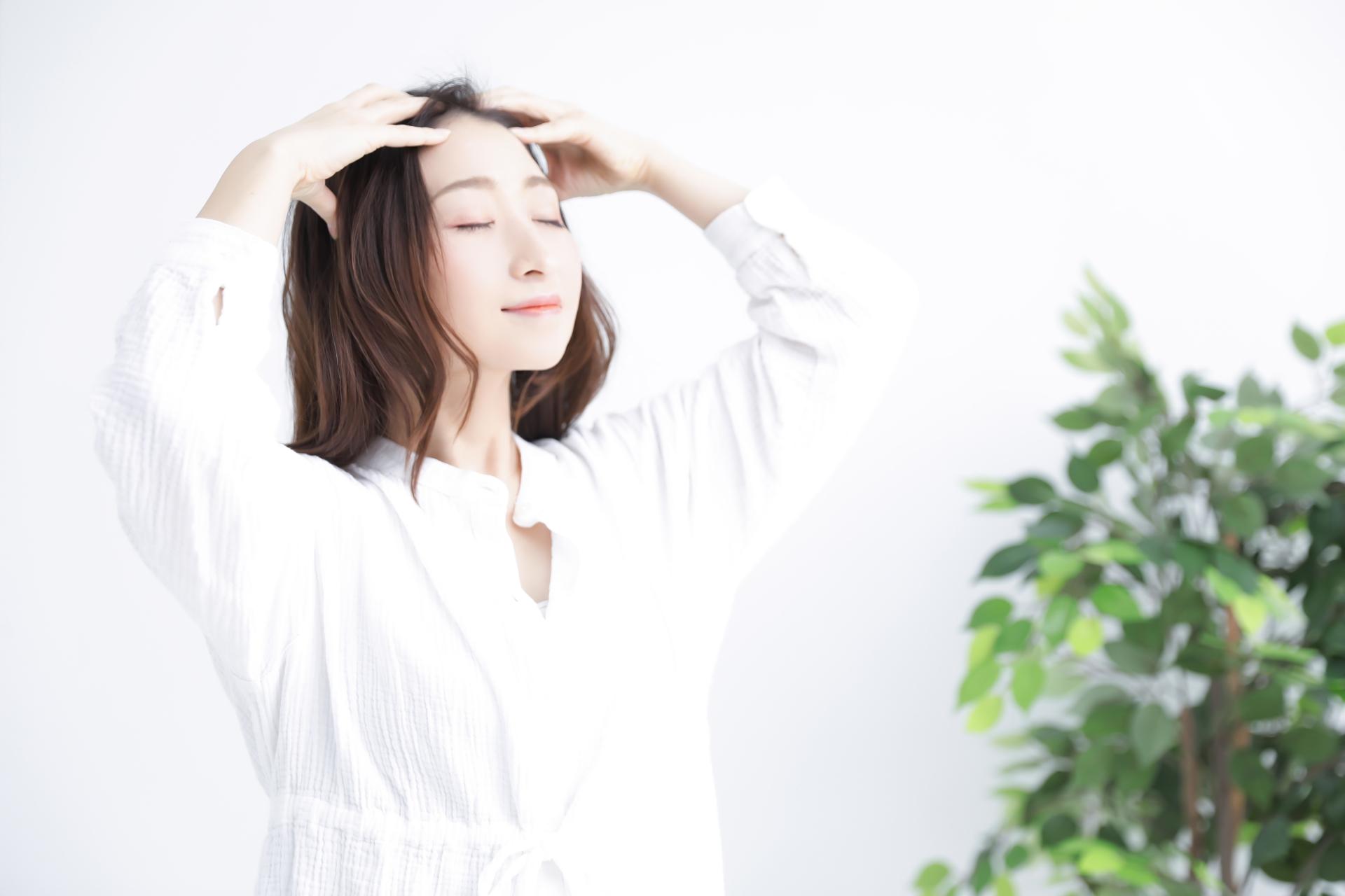 頭皮の乾燥ケアをする女性