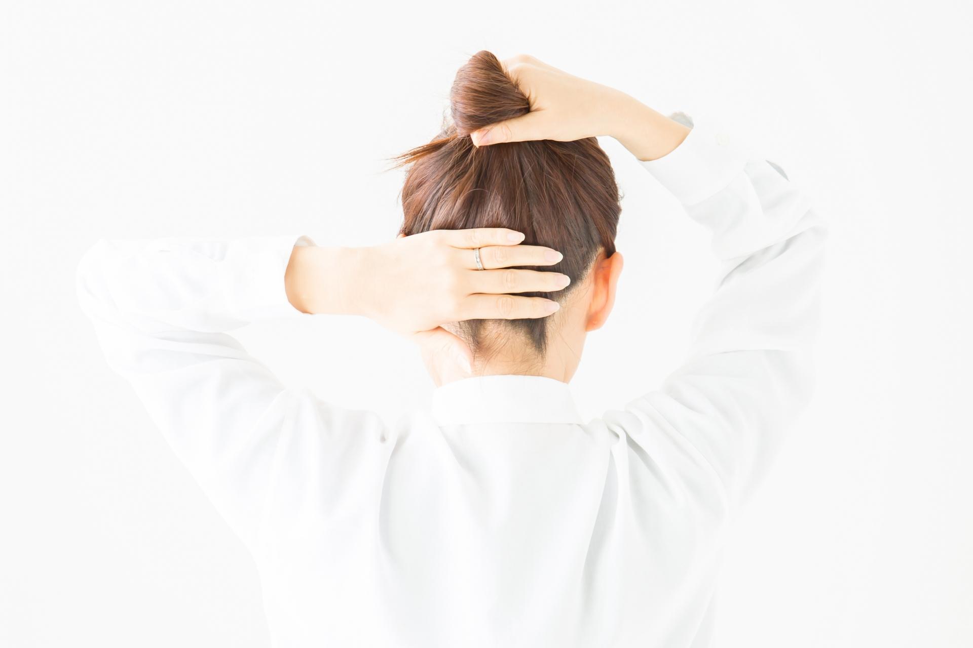 髪をセットする女性