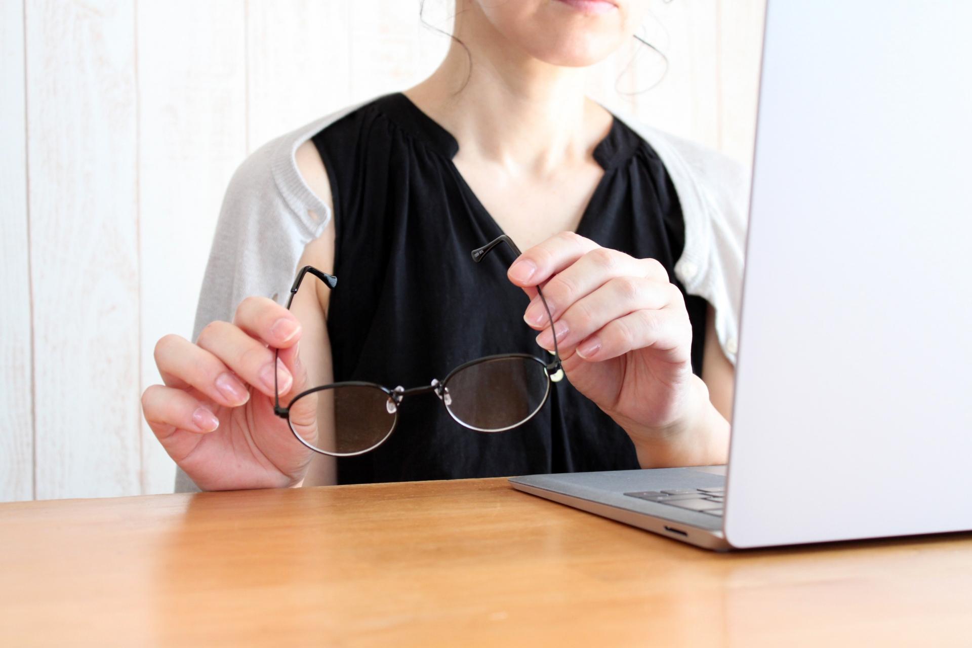老眼鏡を置く女性