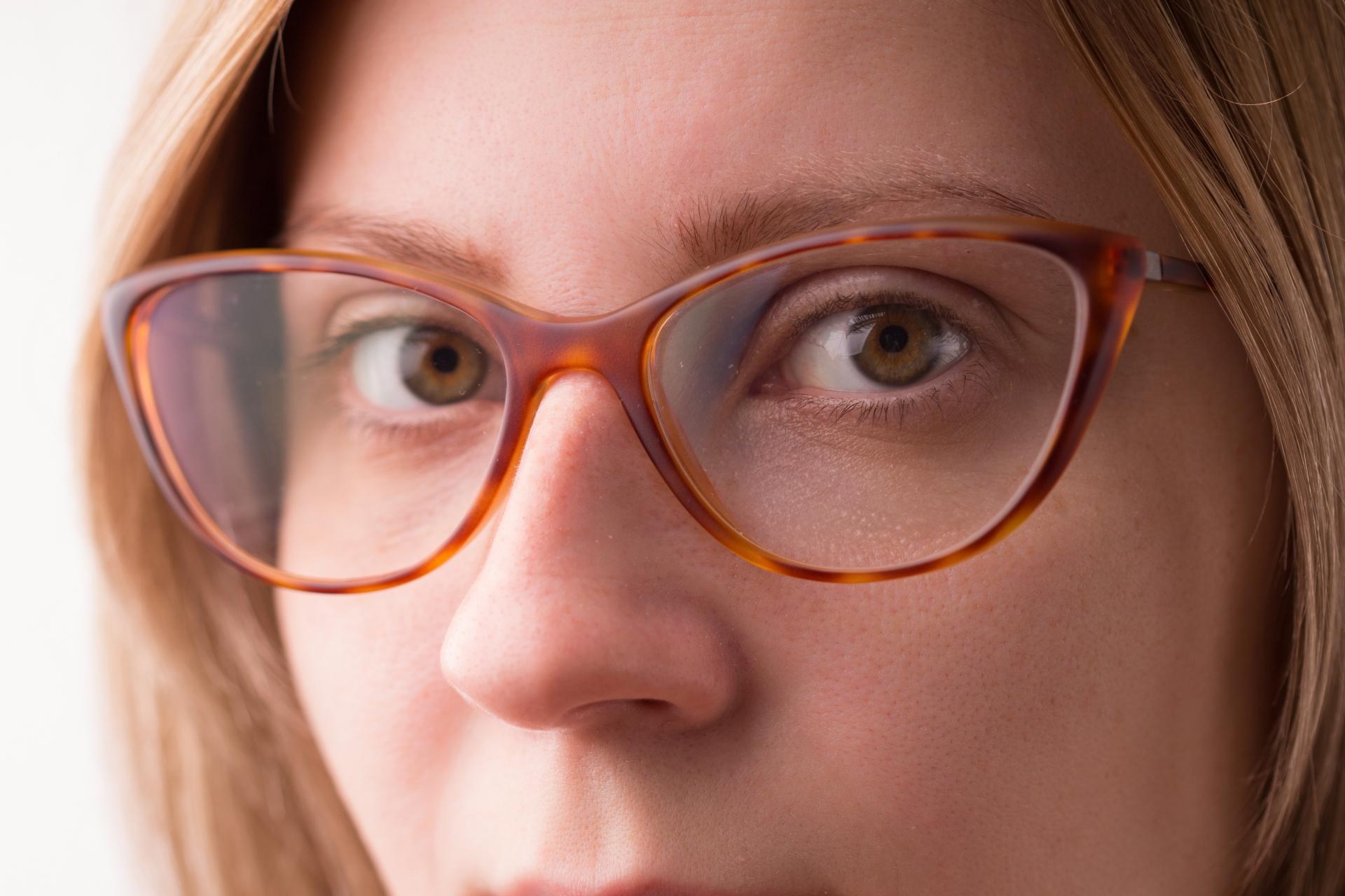 老眼鏡の女性