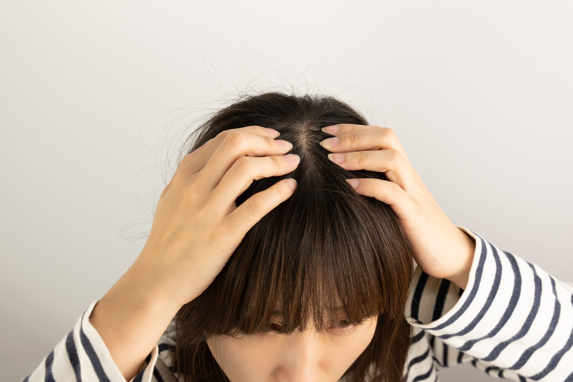 頭皮のニオイを気にする女性