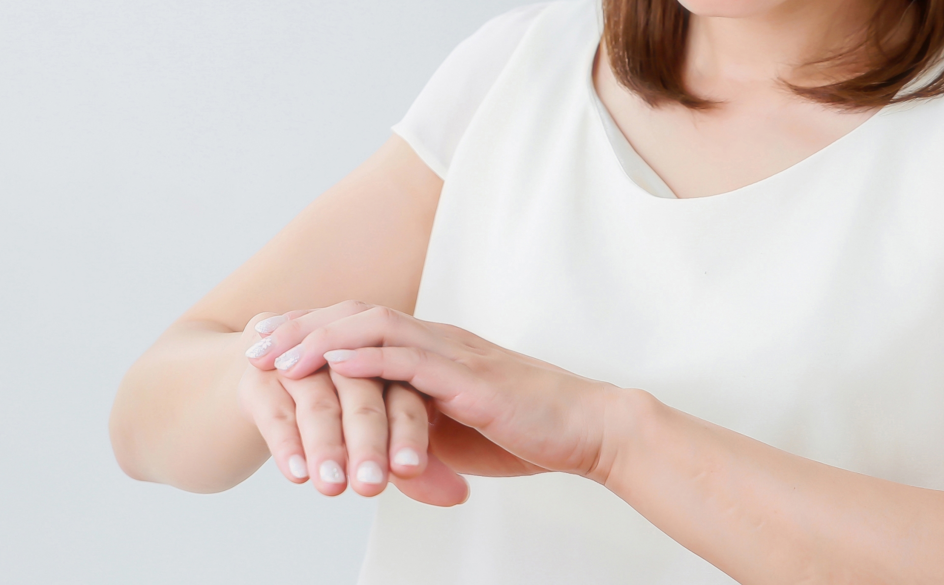 肌にクリームを塗る女性