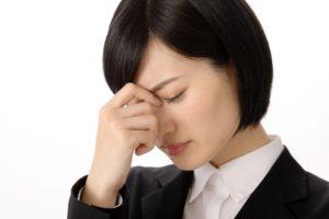 かすみ目に悩む女性