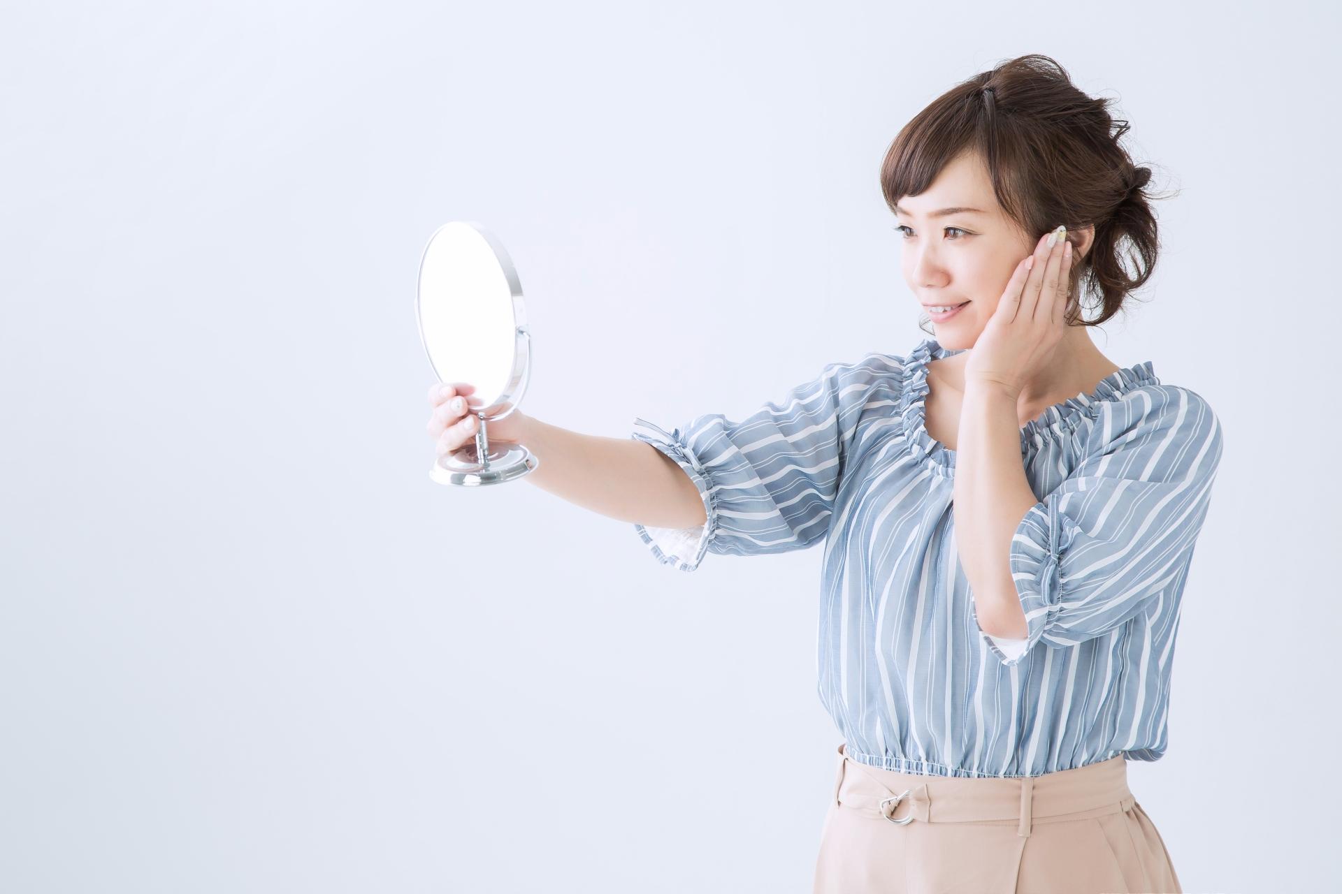 鏡を見てサプリの効果を体感する女性