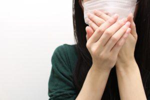 マスク口臭を気にする女性