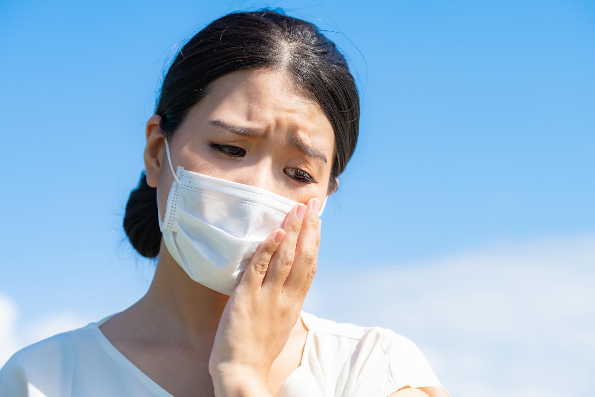 マスクで肌荒れを気にする女性