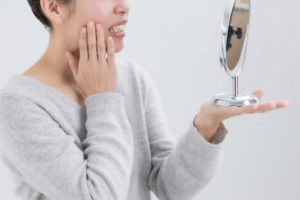 歯の黄ばみを気にする女性