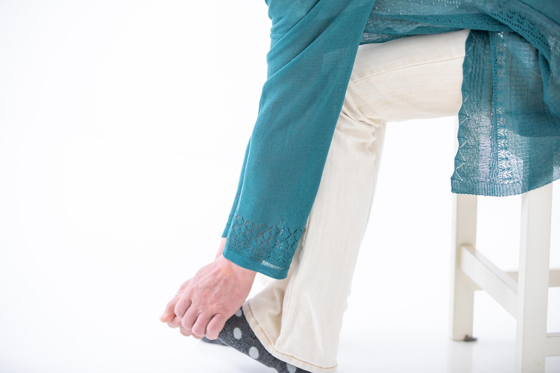 足の痺れを感じる女性
