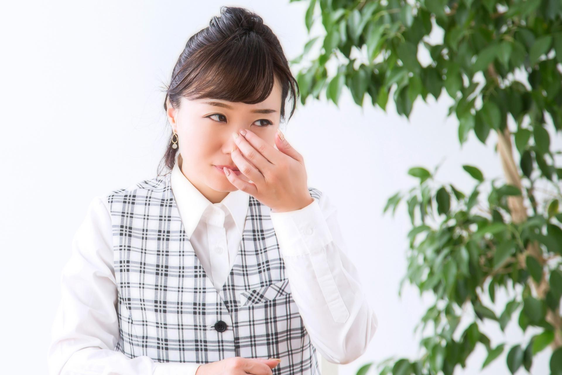目の周りの乾燥を気にする女性