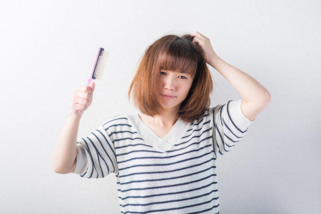 髪の乾燥に悩む女性