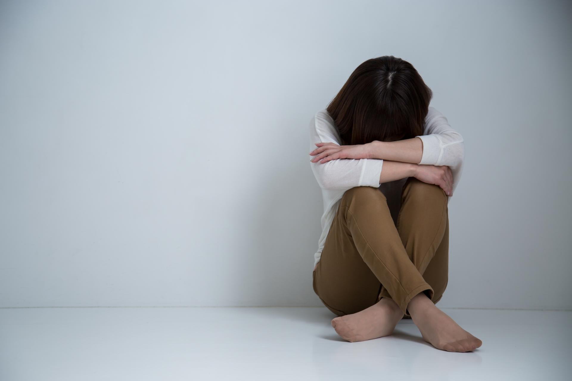 ストレスを全身に感じる女性