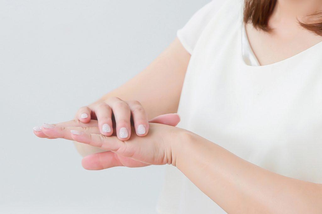 乾燥性湿疹をケアする女性