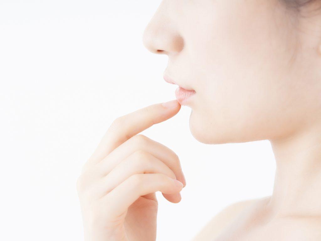 口周りの乾燥を気にする女性
